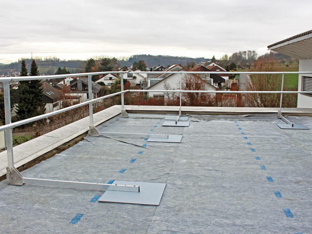 Flat roof with guardrail